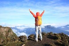brazos abiertos del caminante del backpacker de la mujer en el pico de montaña hermoso Fotos de archivo