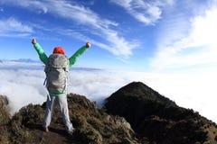 Brazos abiertos del caminante del Backpacker en el pico de montaña hermoso Imágenes de archivo libres de regalías