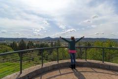 Brazos aumentados hembra en la parte superior de Skinner Butte Park Vewpoint fotos de archivo