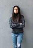 Brazos cruzados muchacha orgullosa del adolescente imagenes de archivo