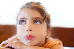 Brazos cruzados muchacha triste de los niños de los ojos azules fotos de archivo libres de regalías
