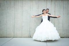 Brazos de extensión de novia y del novio Imágenes de archivo libres de regalías