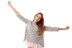Brazos de extensión sonrientes confiados de la muchacha, pul punteado de moda que lleva Fotografía de archivo