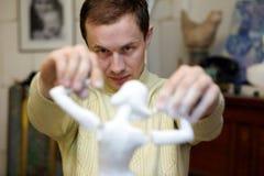 Brazos de la fijación del escultor a la figurilla Imágenes de archivo libres de regalías