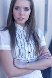 brazos de la mujer joven cruzados Foto de archivo libre de regalías