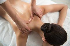 Brazos del cosmetólogo que experimentan el tratamiento trasero del masaje imagen de archivo libre de regalías