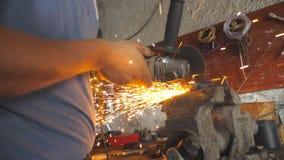 Brazos del metal que asierra profesional del trabajador del reparador o del mecánico con una sierra circular en garaje Manos masc almacen de metraje de vídeo