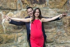 Brazos embarazadas de la extensión de los pares Imagen de archivo libre de regalías