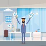 Brazos para arriba aumentados árabes de las manos del control del hombre de negocios con los documentos de papel, hombre de negoc Fotos de archivo libres de regalías
