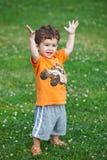 Brazos sonrientes felices del niño levantados Fotos de archivo