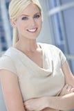 Brazos sonrientes rubios de la mujer o de la empresaria doblados Imagenes de archivo