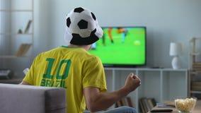 Brazylijczyka drużynowy zwolennik aktywnie rozwesela ulubionej drużyny futbolowej, dopasowanie na tv zbiory wideo