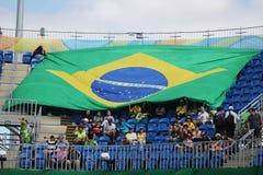 Brazylijscy wielbiciele sportu wspiera drużynowego Brazylia podczas Rio przy Olimpijskim parkiem 2016 olimpiad Obrazy Stock