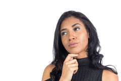 Brazylijska dziewczyna jej rękę na jej podbródku Kobieta wzorcowy jest ubranym bl Zdjęcia Stock