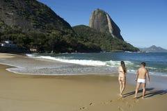 Brazylijska para przy Praia Vermelha rewolucjonistki plażą Rio Obrazy Royalty Free