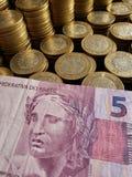 brazylijski banknot pięć reais i meksykańskie monety dziesięć peso obrazy stock