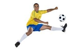 Brazylijski gracz piłki nożnej, doskakiwanie, kolor żółty i błękit. Obraz Royalty Free