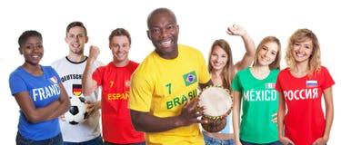 Brazylijski piłka nożna zwolennik z bębenem i fan od innego countri obraz royalty free