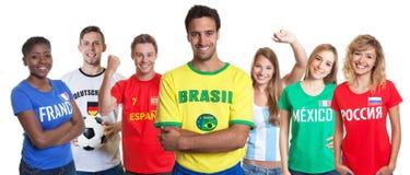 Brazylijski piłka nożna zwolennik z krzyżującymi fan od inny i rękami obrazy royalty free