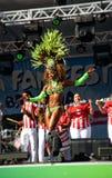 Brazylijski samba tancerz sensually rusza się na scenie Obraz Royalty Free