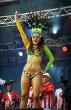 Brazylijski samba tancerz sensually rusza się na scenie Obrazy Royalty Free