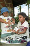 Brazylijskie dziewczyny myją odziewają ręką Obraz Stock