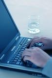 bärbar dator för 67 affärsman Fotografering för Bildbyråer