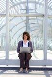 Bärbar dator för sammanträde för affärskvinna utvändig användande Royaltyfri Foto
