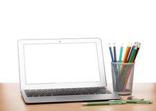 Bärbar dator med den tomma skärmen och färgrika blyertspennor Arkivfoton