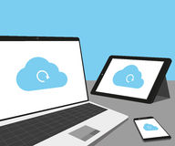 Bärbar dator, minnestavlaPC och smartphone med molnsynkronisering Arkivbilder
