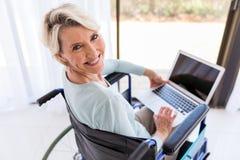 Bärbar datordator för rörelsehindrad kvinna Arkivbild