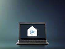 Bärbar datordator med emailbokstaven på skärmen Arkivfoto
