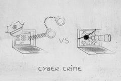 Bärbara datorn med polishatten & handbojor vs piratkopierar datoren Royaltyfria Foton
