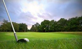 Ébrèchement de la bille de golf sur le vert Images libres de droits