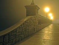 Brücke im Nebel nachts Stockfotos