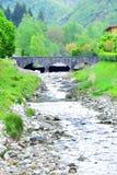 Brücke im sehr kleinen mittelalterlichen italienischen Dorf Lizenzfreies Stockbild