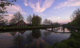 Brücke und Bauernhof Lizenzfreie Stockfotos