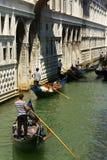 Brücke von Seufzern und von Gondeln Lizenzfreie Stockfotos