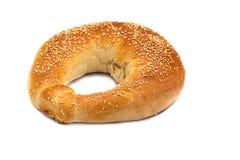 Bröd i form av en bagel på en vit bakgrund Arkivfoto
