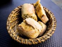 Bröd i korg Arkivbild