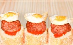 Bröd med Meatballs och Quailägg Royaltyfri Foto