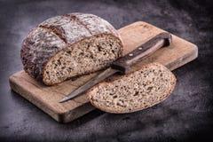 Bröd nytt bröd hemlagat traditionellt för bröd Skivade brödsmulor kniv och spiskummin Arkivfoto