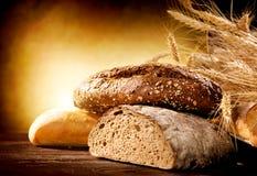 Bröd på en trätabell Arkivfoton