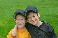 Brüder in den Baseball-Uniformen Stockfotografie