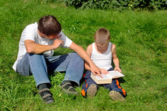 Brüder liest Buch Lizenzfreies Stockfoto
