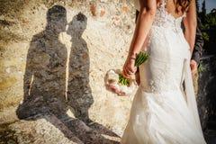 Brdide och för brudgum kyssa Fotografering för Bildbyråer
