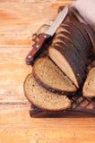 Bre d'artisan de seigle fait maison fraîchement cuit au four de levain et de farine blanche Photo stock