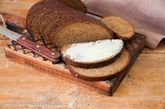 Bre d'artisan de seigle fait maison fraîchement cuit au four de levain et de farine blanche Photos stock