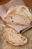 Bre d'artisan de seigle fait maison fraîchement cuit au four de levain et de farine blanche Images stock