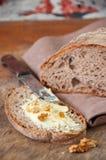 Bre d'artisan de seigle fait maison fraîchement cuit au four de levain et de farine blanche Photographie stock